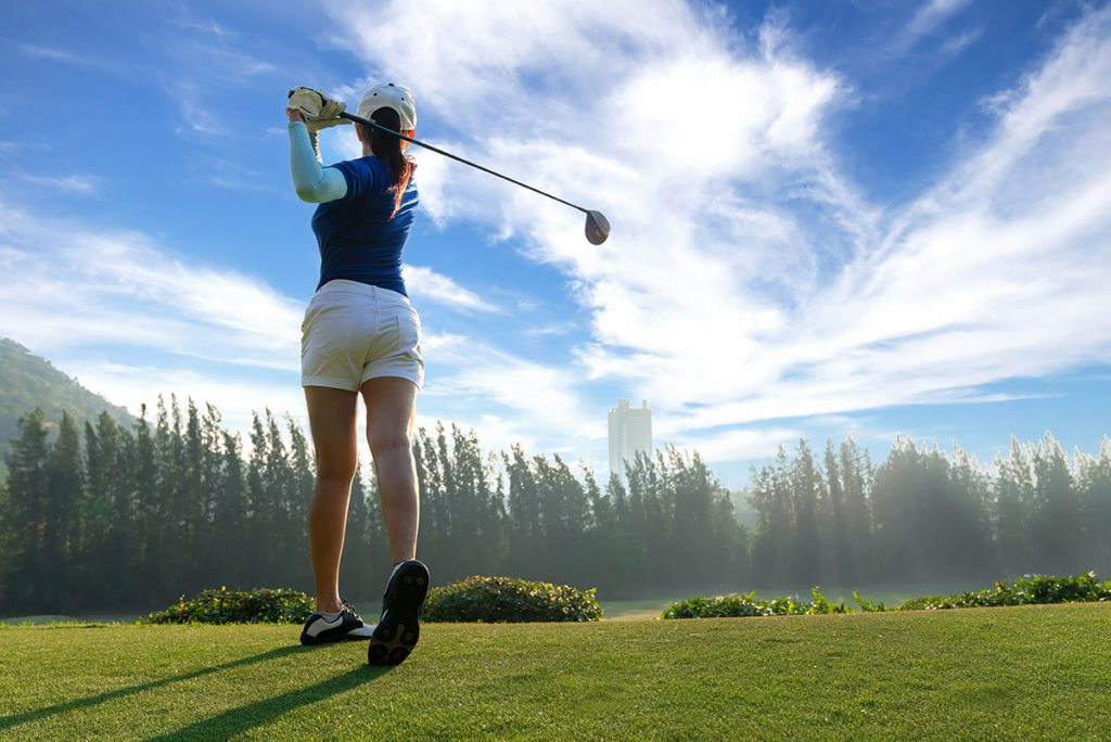 【ゴルフ初心者必見】ドライバーの打ち方の基本!綺麗なスイングで飛距離アップ