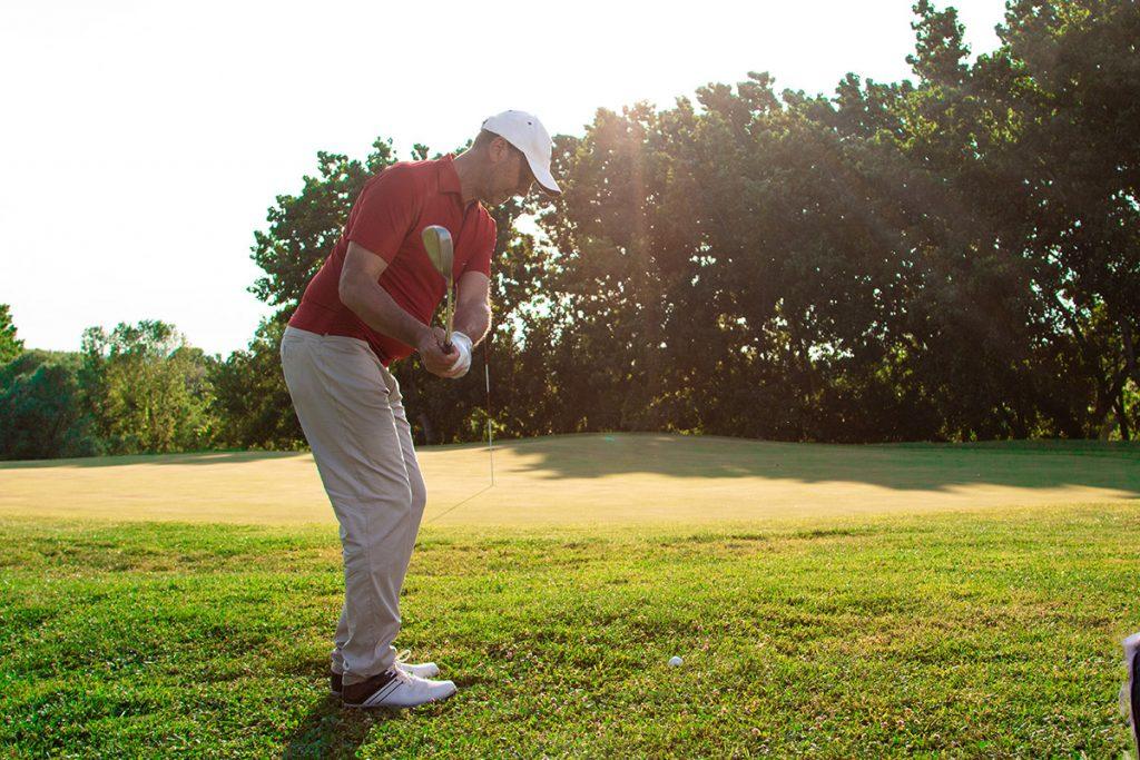 【ゴルフ初心者必見】これでアプローチは安心!グリーン周りから寄せるための基礎技術!